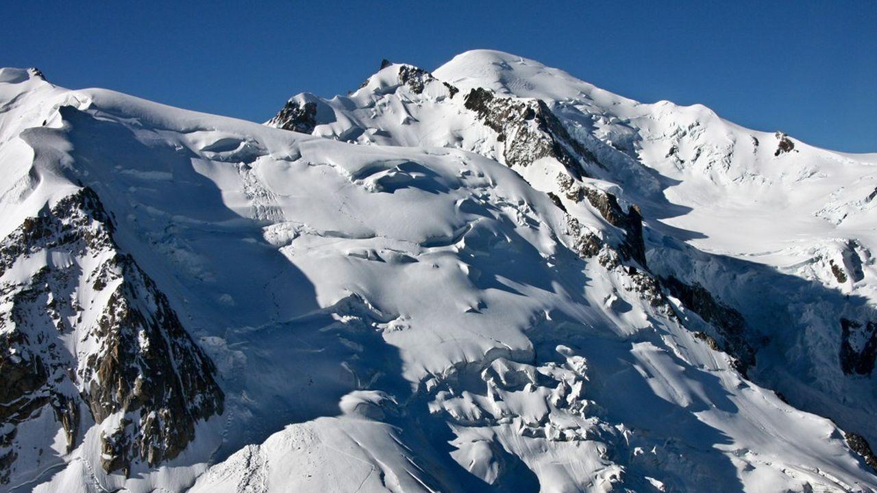 Les maires de Saint-Gervais et de Chamonix ont interdit l'atterrissage des parapentistes sur le Mont-Blanc.