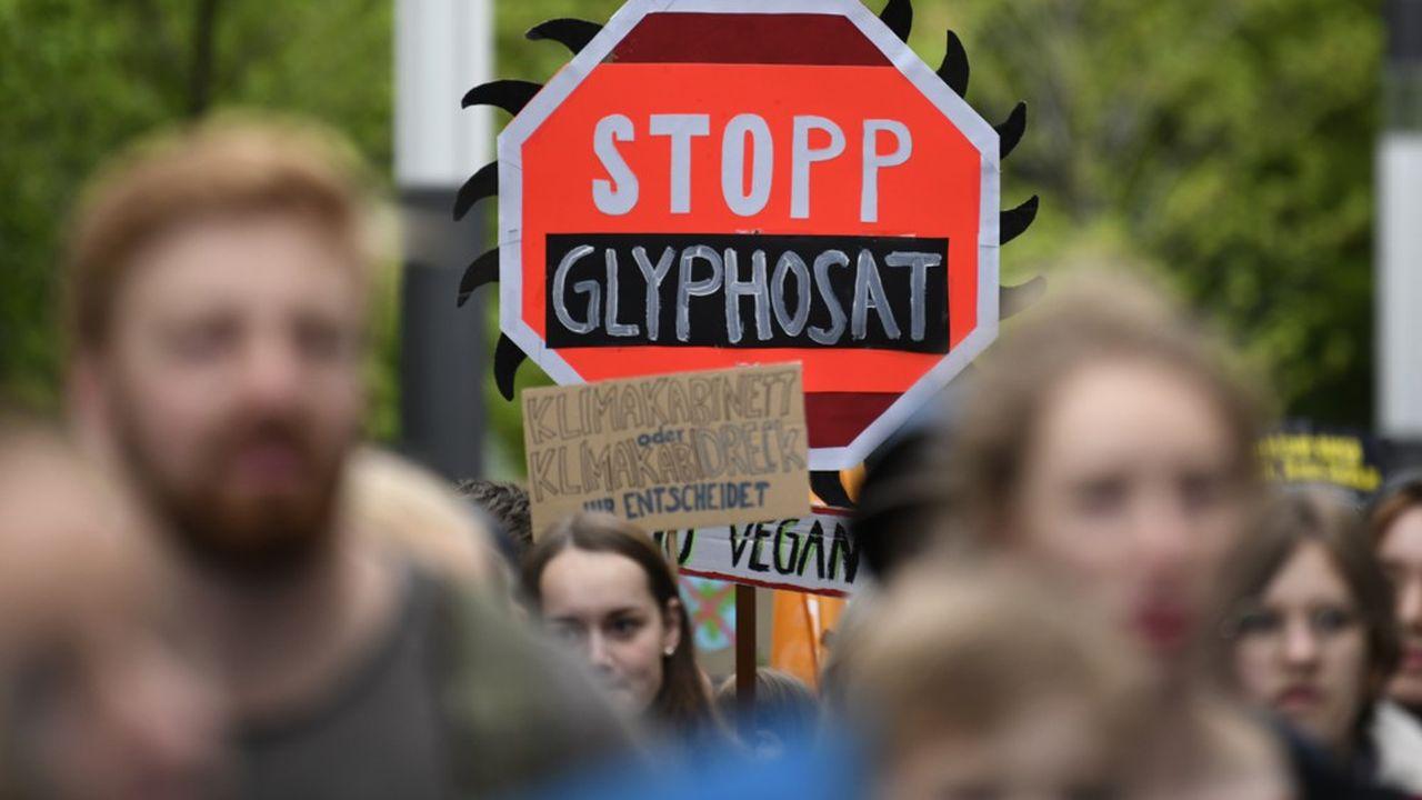 Les parlementaires autrichiens devancent l'engagement d'Emmanuel Macron qui, fin 2017, avait annoncé l'interdiction totale du glyphosate sur le sol français «au plus tard dans trois ans».