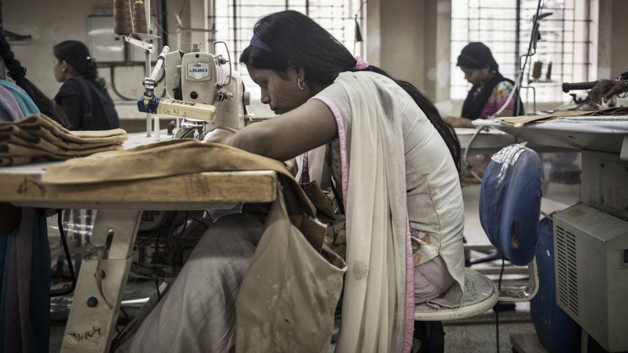 De jeunes femmes travaillent dans une usine de textile à Bangalore.