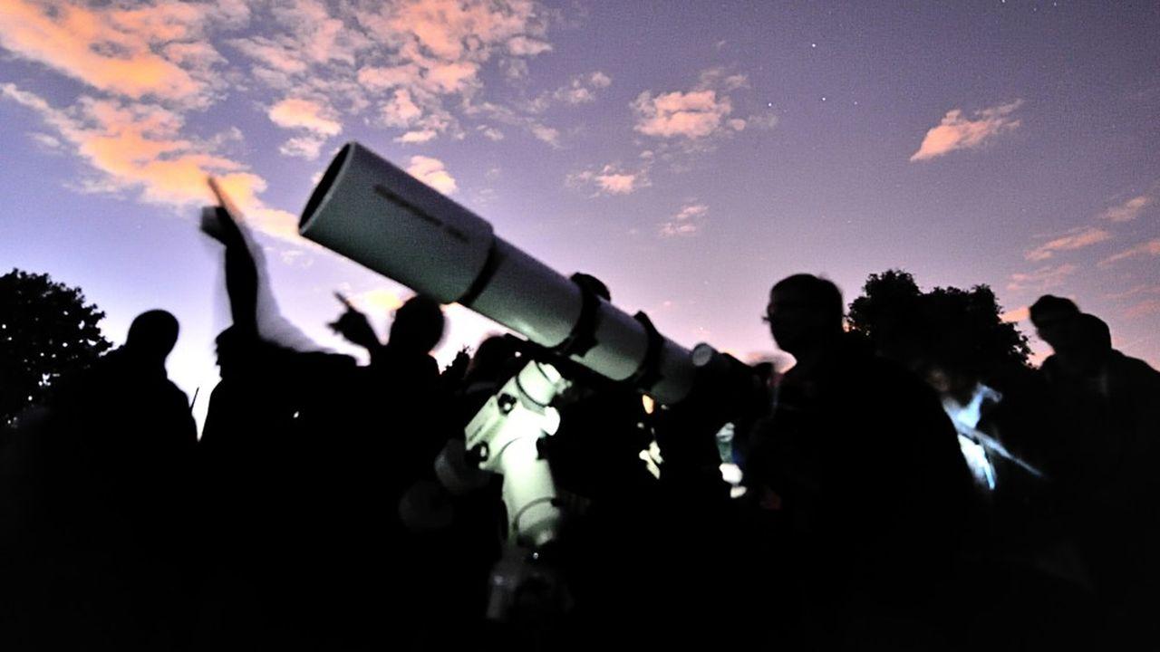 L'armée britannique recrute des astronomes amateurs pour suivre le tracé des satellites tournant autour de la Terre.