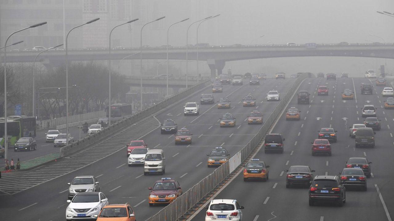 En mai, les ventes de voiture en Chine ont baissé de 16%, principalement parce que les vendeurs n'ont pas eu le temps de s'adapter aux nouvelles normes environnementales.