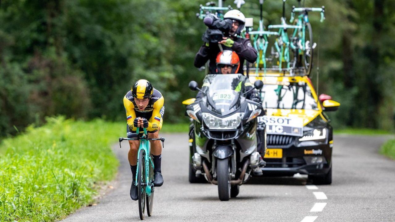 Des motos suivent les cyclistes pour être au plus près de l'événement.