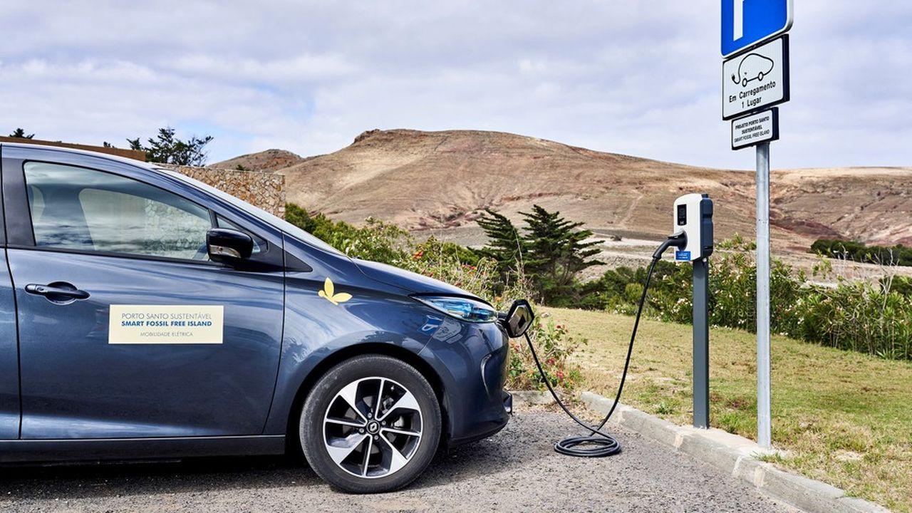 Renault a mis 22 véhicules électriques à la disposition de l'île de Porto Santo, dont deux ZOE capables de restituer de l'électricité au réseau.