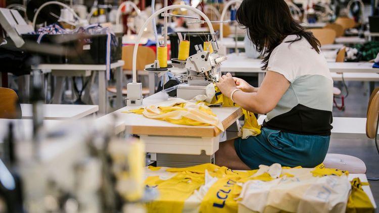 Fil et coton des maillots du tour de france réalisés par Le Coq Sportif sont produits dans le bassin méditerranéen, puis tricotés et teints dans des ateliers de Troyes.