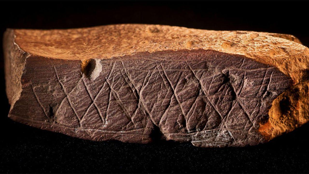 Les chercheurs duCNRS, de l'université de Bordeaux et du CEA se sont intéressés auxmotifs abstraits tracés par nos lointains devanciers sur des pierres, des coquillages ou des coquilles d'oeufs, et dont les plus anciens remontent à 540.000 ans.