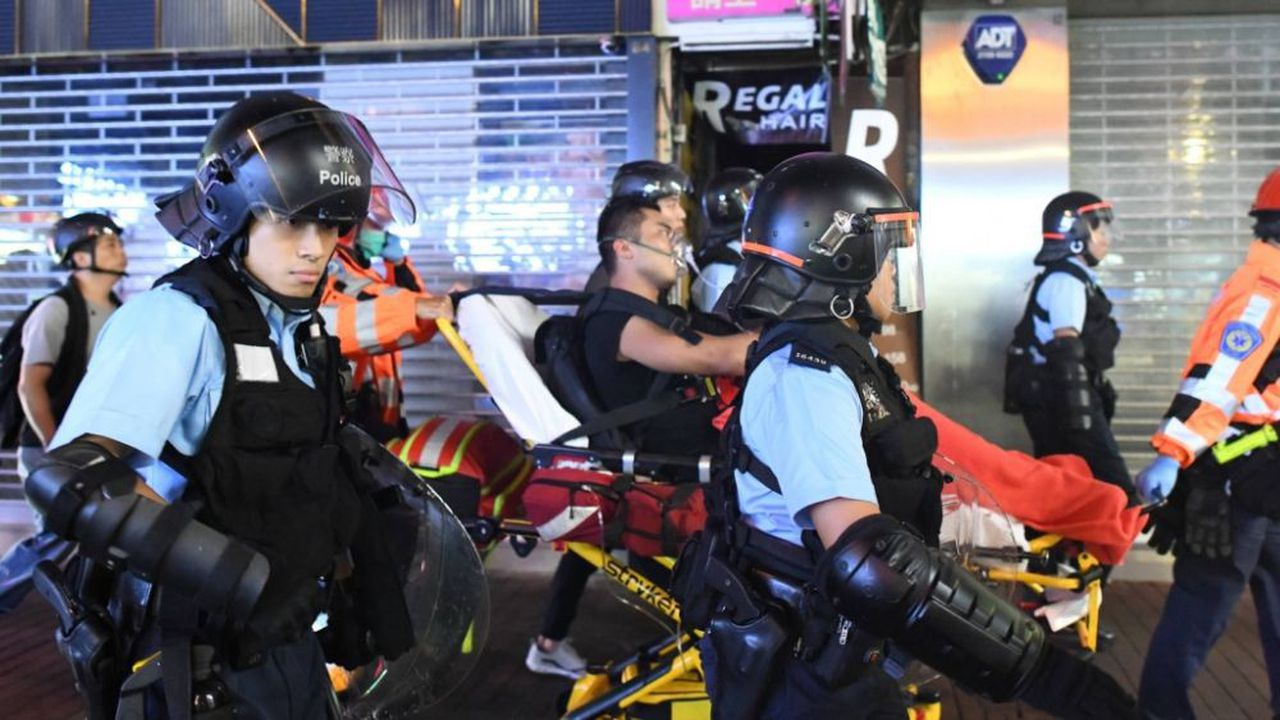 La police évacue un manifestant blessé dans le quartier de Mongkok
