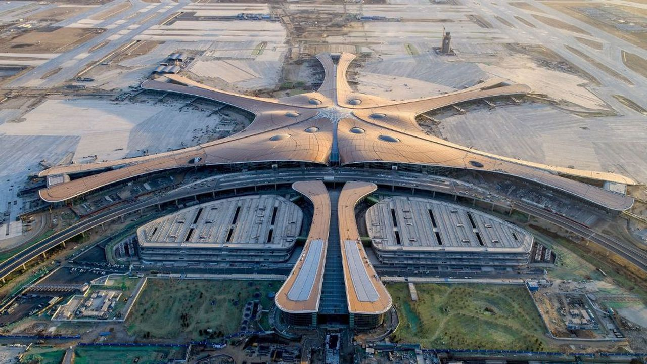 Lauréat du concours pour l'aéroport International Daxing de Pékin, ADP Ingénierie a proposé un concept qui repose sur un choix audacieux: la superposition des niveaux internationaux et domestiques à la verticale concentrant les fonctions centrales dans le coeur du bâtiment qui alimente 5 jetées.