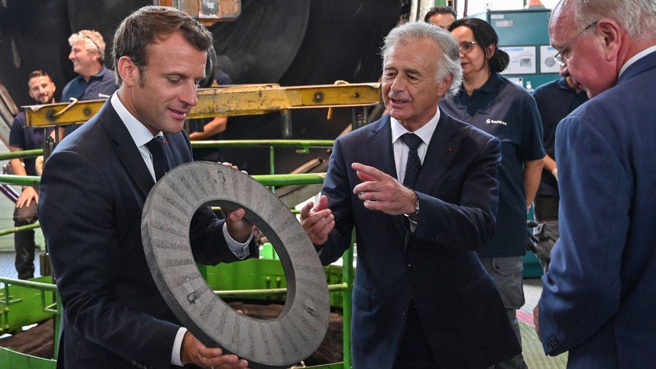 Le directeur général de Safran, Philippe Petitcolin (au centre) et le président du conseil d'administration, Ross McInnes, ont accueilli le président Macron dans l'usine de freins carbone de Villeurbanne.