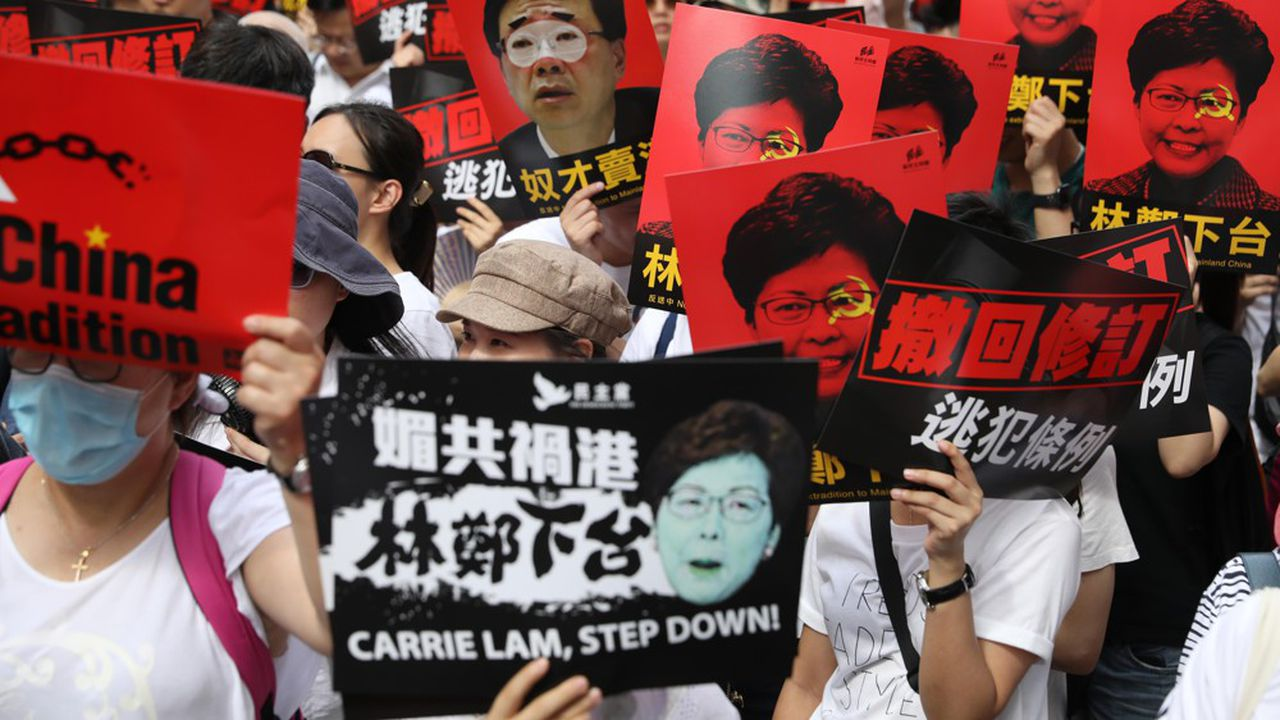 Descendus en masse dans les rues de Hong Kong le 9 juin dernier, les manifestants réclament le départ de la cheffe de l'exécutif, Carrie Lam.
