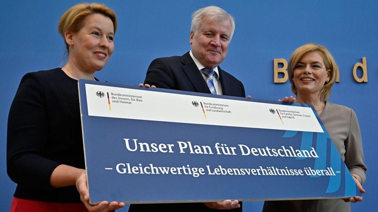 Signe de l'unité de la coalition gouvernementale sur le thème de la réduction des inégalités, les trois ministres ayant coordonné durant un an ce chantier représentaient chacun une des trois sensibilités de l'exécutif allemand: Franziska Giffey (à g.), ministre SPD de la famille, Horst Seehofer (C), ministre CSU de l'Intérieur et Julia Kloeckner (à d.), ministre CDU de l'agriculture et de l'alimentation. (Photo by Tobias SCHWARZ/AFP)