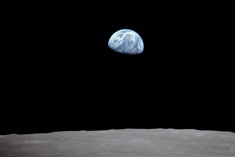 La première photographie de la Terre vue depuis l'orbite lunaire, prise par les astronautes d'Apollo 8.