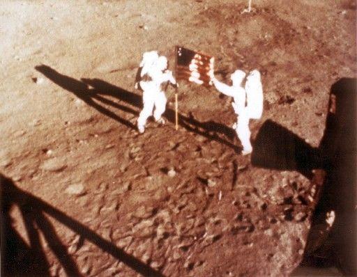 Neil Armstrong et «Buzz» Aldrin déploient le drapeau américain sur le sol lunaire le 20juillet 1969