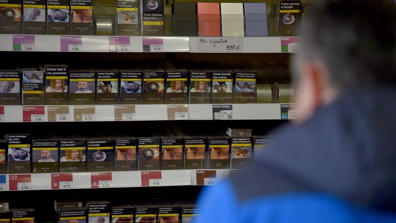 Un homme s'apprête à acheter un paquet de cigarettes dans un bureau de tabac de Vertou (Loire-Atlantique), le 27décembre 2016.