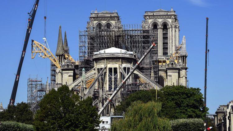 Des cintres en bois ont commencé à être posés pour soutenir les arcs-boutants et stabiliser Notre-Dame. Ici une photo du chantier prise le 9 juillet dernier.