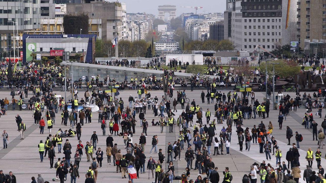 Une manifestation de « gilets jaunes » sur l'esplanade de la Défense, près de Paris, le 6 avril dernier.