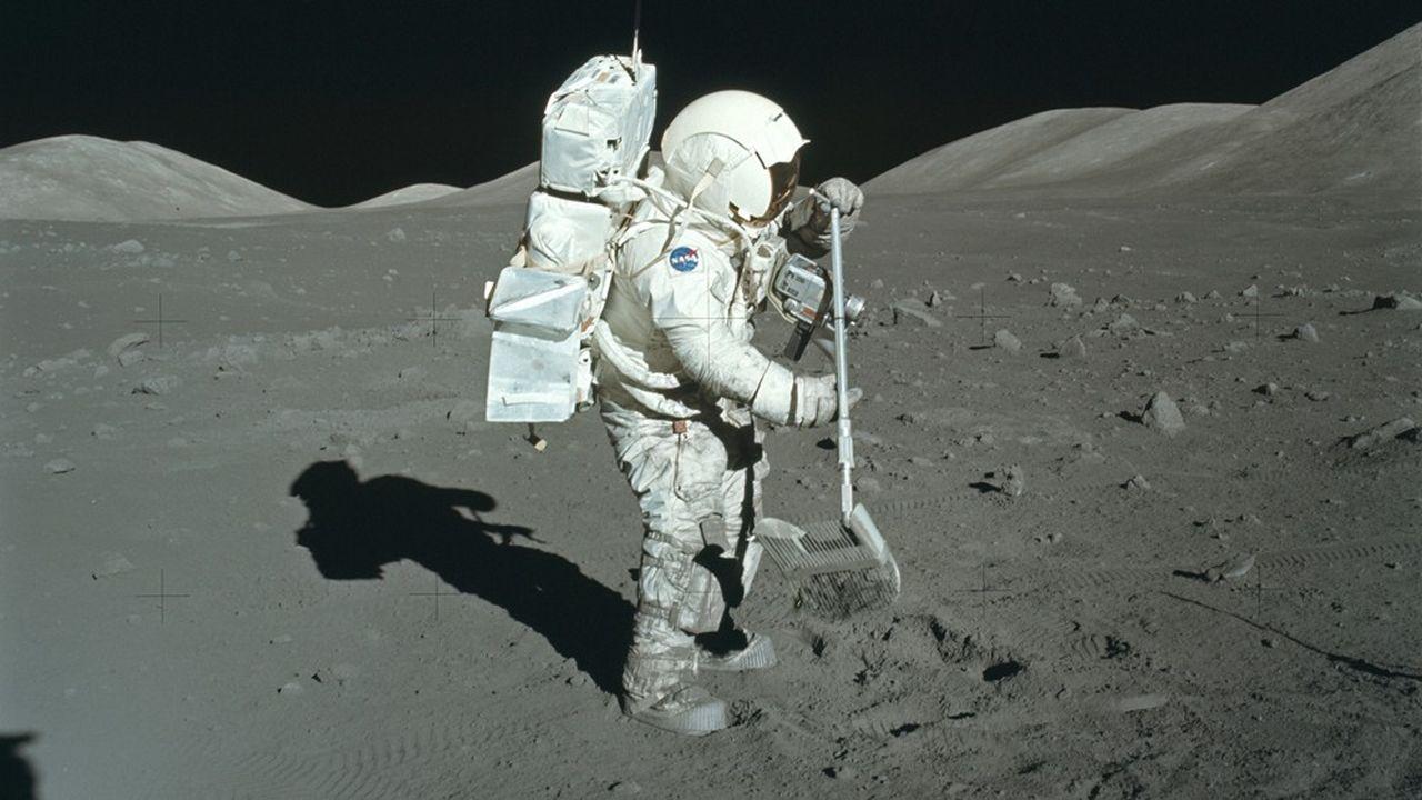 Le géologue Harrison Schmitt collecte des échantillons de roches sur le site d'alunissage de Taurus-Littrow lors de la mission Apollo 17 le 11décembre 1972