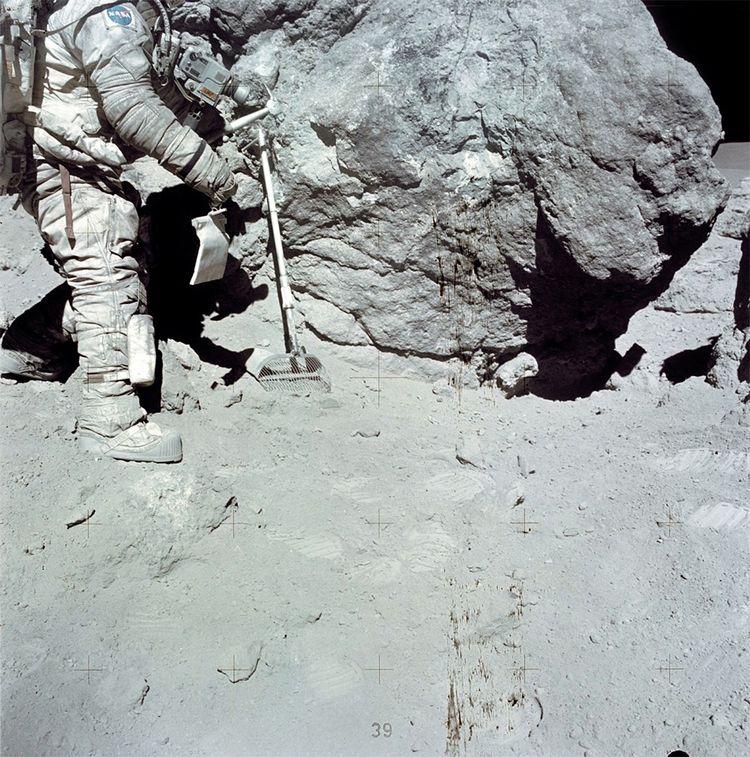 Le 23février 1972, Charles M. Duke Jr (Apollo 16) en sortie extra-véhiculaire près de 'House Rock'