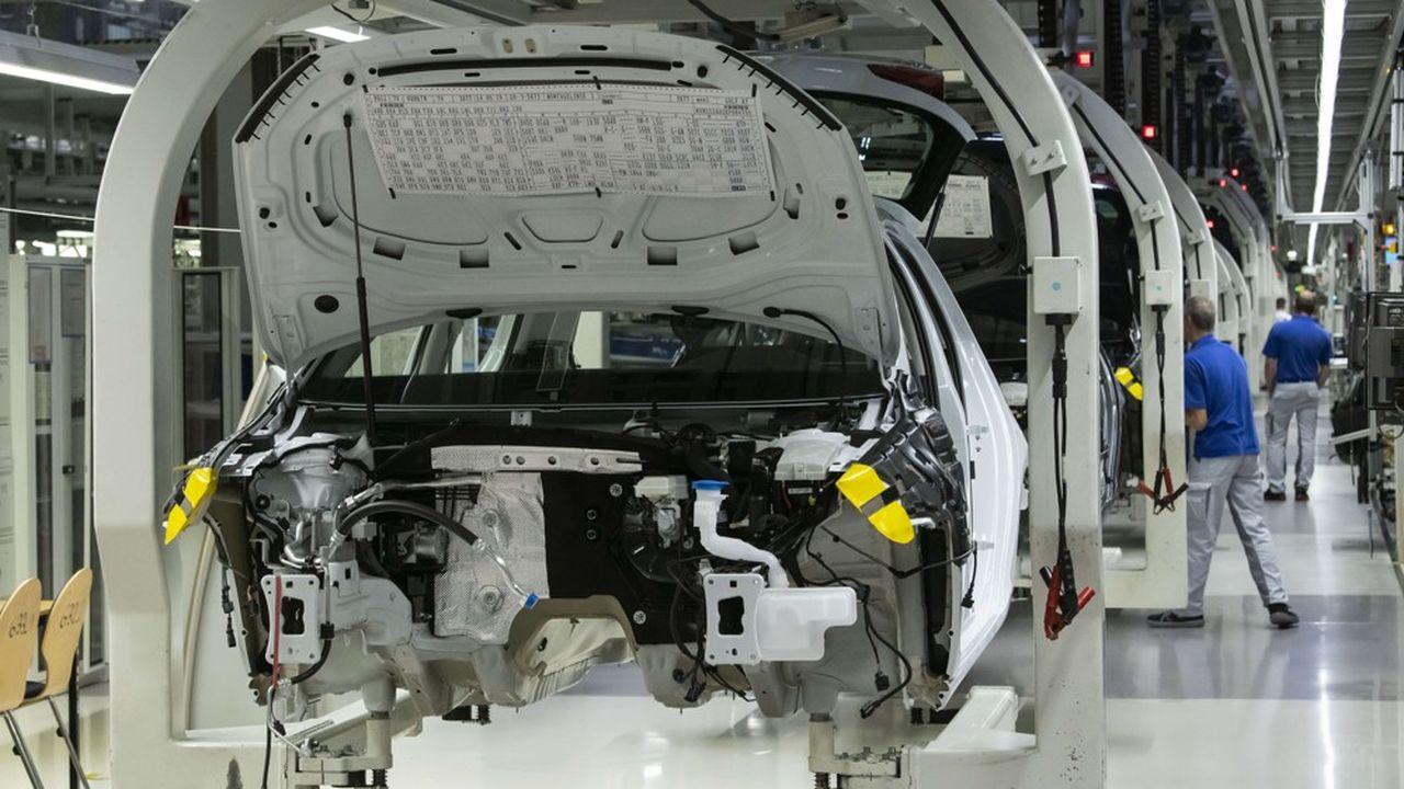 Des salariés s'affairent dans l'usine Volkswagen de Zwickau, en Allemagne
