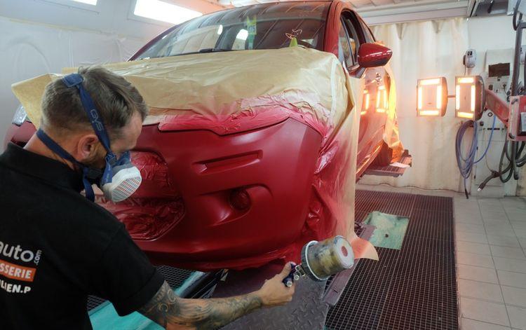 Après le contrôle technique, la révision mécanique, la reprise de la carrosserie se termine par l'application d'une nouvelle peinture.