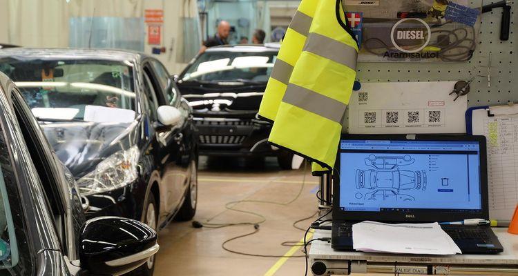 En fin de chaîne, l'étape de contrôle de la qualité des travaux annote l'état de la voiture sur une coupe qui accompagnera la photo sur l'annonce de vente diffusée sur internet.