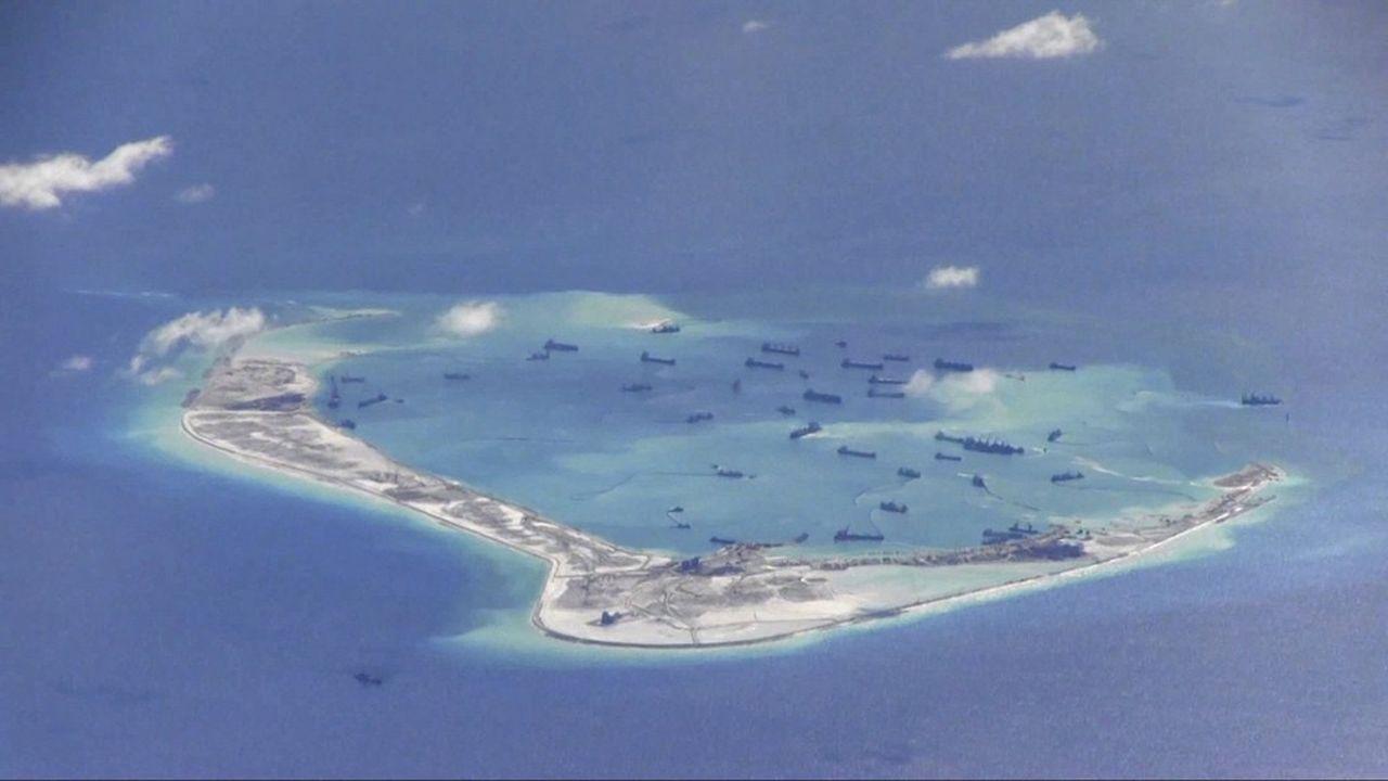 Sur cette photo fournie par l'US Navy, des navires de dragage chinois avaient été repérés, il y a près de cinqans, autour du récif Mischief (ou récif Meiji) situé dans les îles contestées des Spratleys, en mer de Chine méridionale.