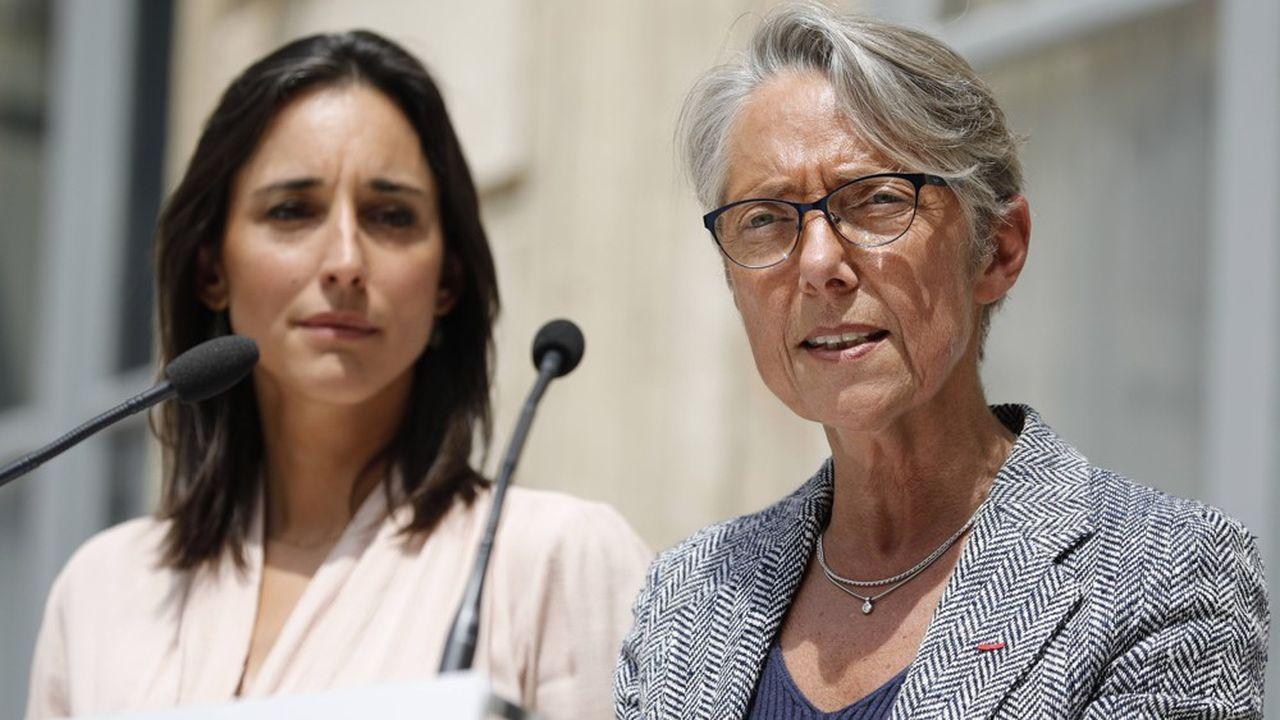 «Je n'arrive pas en terre inconnue», a dit Elisabeth Borne lors de la passation de pouvoirs (ici à droite, avec Brune Poirson à gauche).