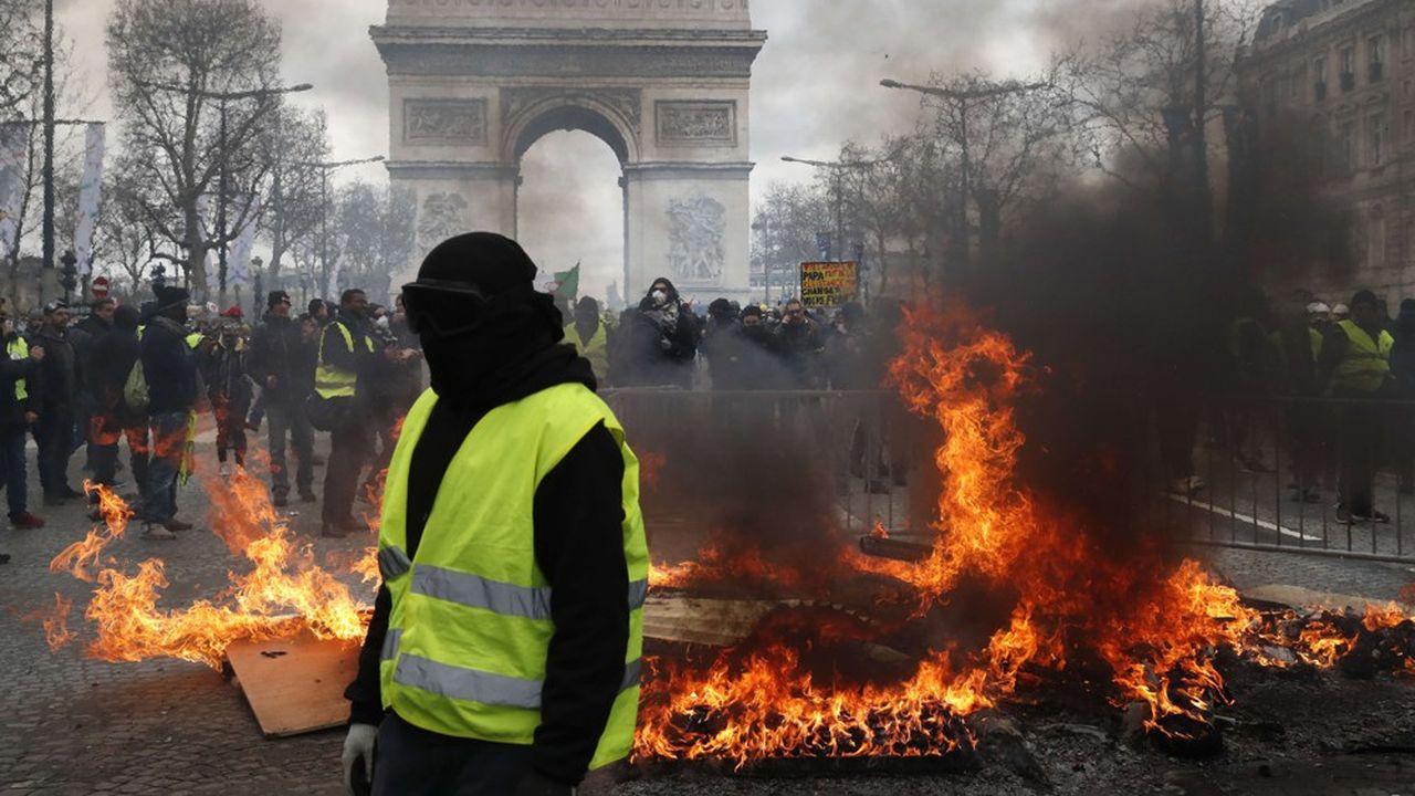Les dégradations commises sur les commerces parisiens ont coûté 175millions d'euros, et celles sur l'Arc de Triomphe, un million d'euros.