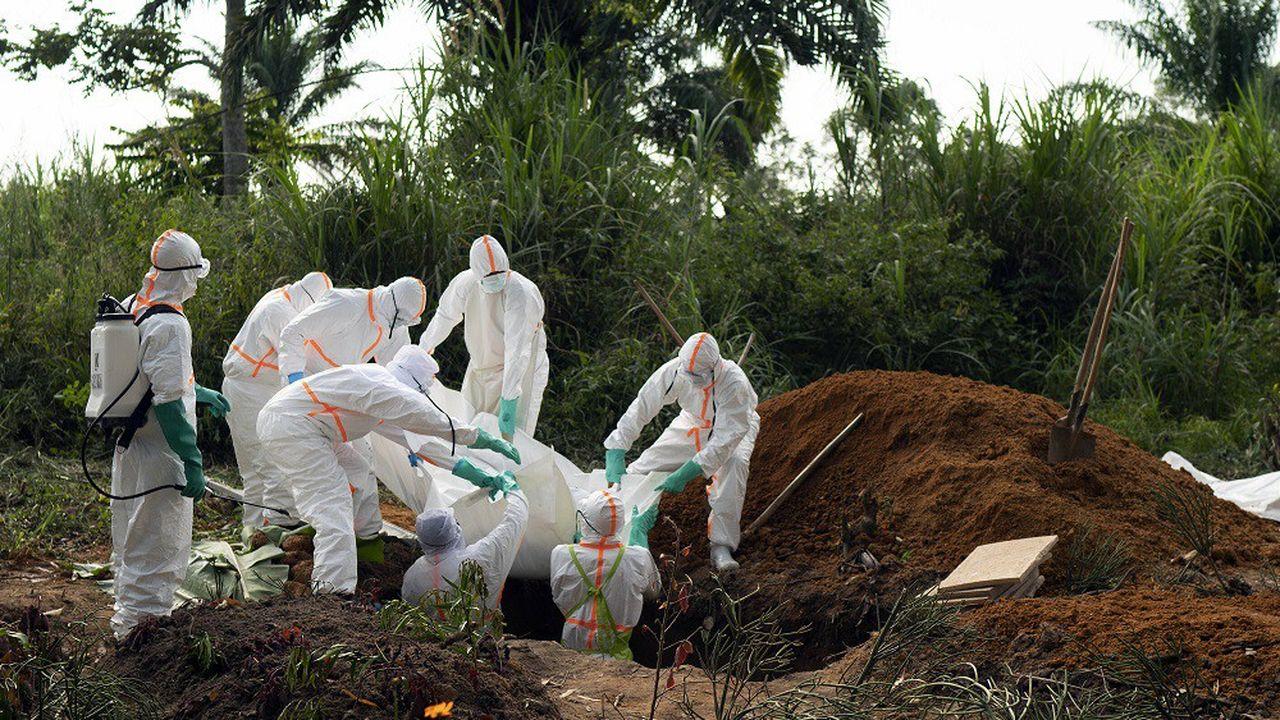 Sur cette photo prise le 14juillet 2019, une victime de l'épidémie Ebola est enterrée à Beni, en RDC.