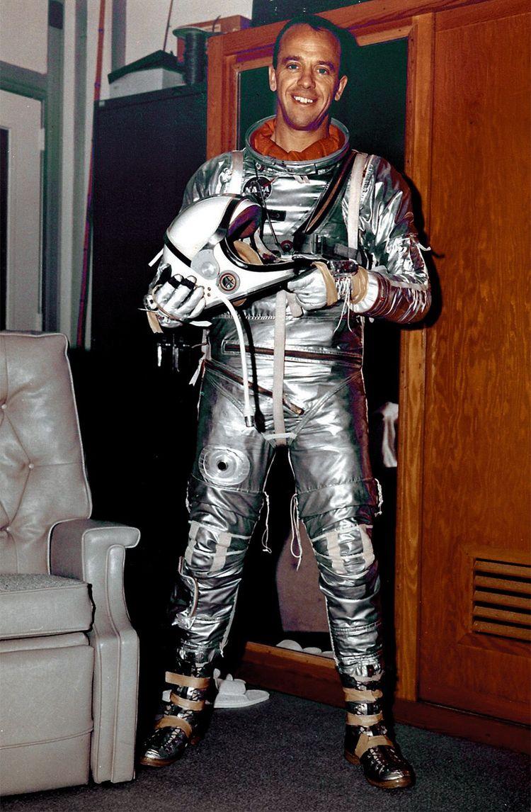 Deuxième personne à voyager dans l'espace après Youri Gagarine en 1961, Alan Shepard devientle plus âgé des hommes à marcher sur la Lune en 1971.
