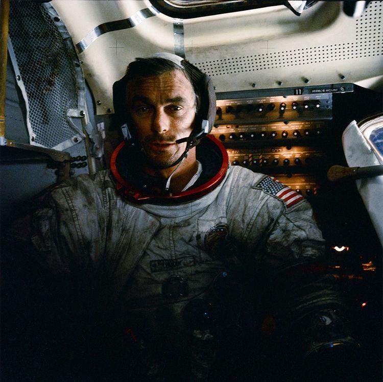 Eugene Cernan, commandant d'Apollo 17, reste, à ce jour, le dernier homme à avoir foulé le sol lunaire.