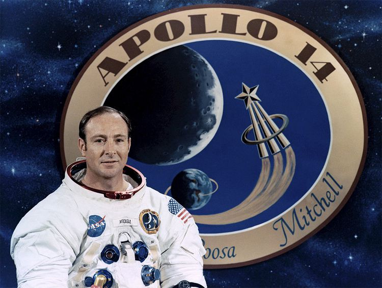 Lors de sa sortie sur la Lune en 1971, Edgar Mitchell lance un javelot, pendant que Shepard joue au golf.