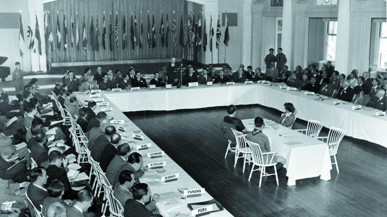 Le 22 juillet 1944, à Bretton Woods dans le New Hampshire, les délégués de 44 pays sont parvenus à mettre d'accord des nations encore engagées dans la Seconde guerre mondiale afin de réguler le système monétaire mondial et reconstruire les pays dévastés.