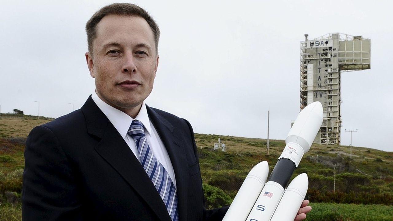 Juillet2011. Le fondateur de Tesla et de Space X, Elon Musk, prend la pose avec une maquette de son nouveau lanceur, le Falcon Heavy