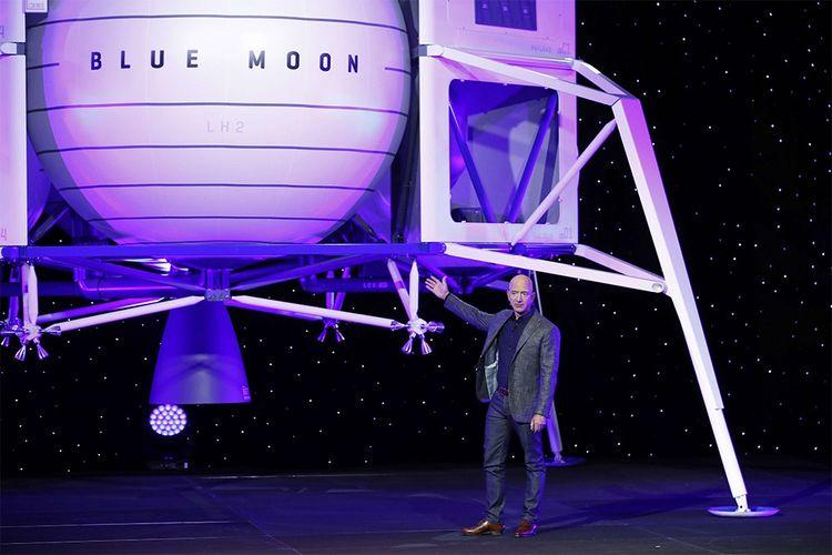 Jeff Bezos devantune maquette grandeur nature de l'alunisseur baptisé « Blue Moon » qui sera capable de transporter jusqu'à 6,5 tonnes de fret sur la surface lunaire