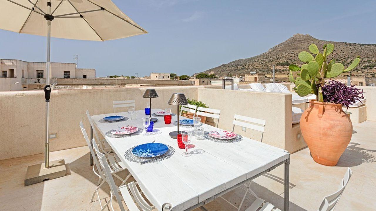 Sur l'île de Favignana, au large de la Sicile, cet appartement de standing de 130m2 avec vue sur le port et doté d'une terrasse de 80m2 est proposé à 470 000 €
