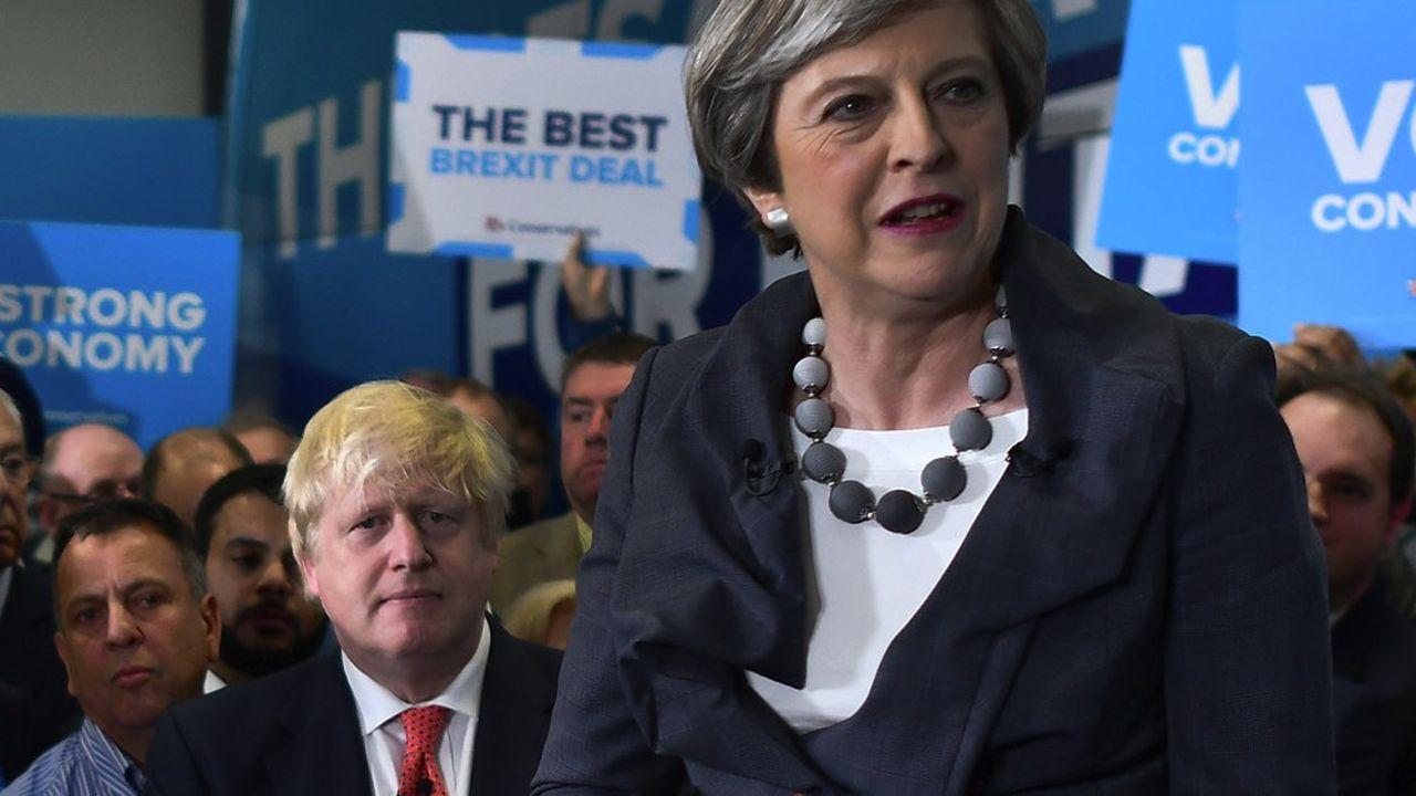 Theresa May accompagnée de son ministre des Affaires étrangères, Boris Johnson, en juin2017.
