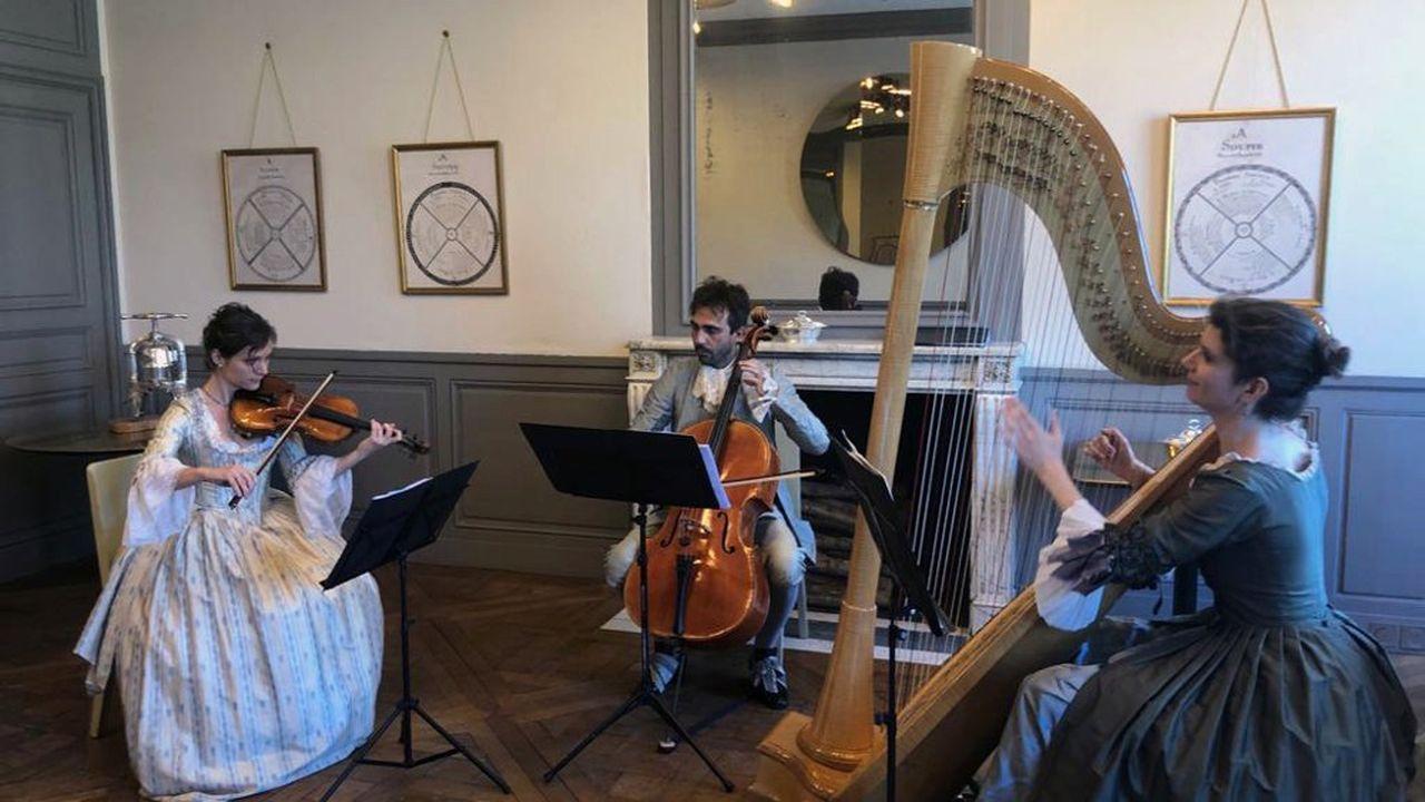 Comme à la cour de LouisXIV: après la visite privée du château de Versailles, les convives se retrouvent pour un souper en musique, préparé par l'équipe d'Alain Ducasse.