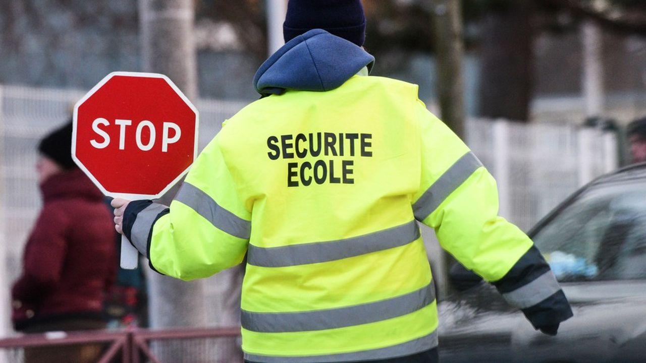 La surveillance des traversées piétonnes à la sortie des écoles était souvent assurée par des personnels en contrat aidé avant le tour de vis donné par le gouvernement sur ce type d'emplois.