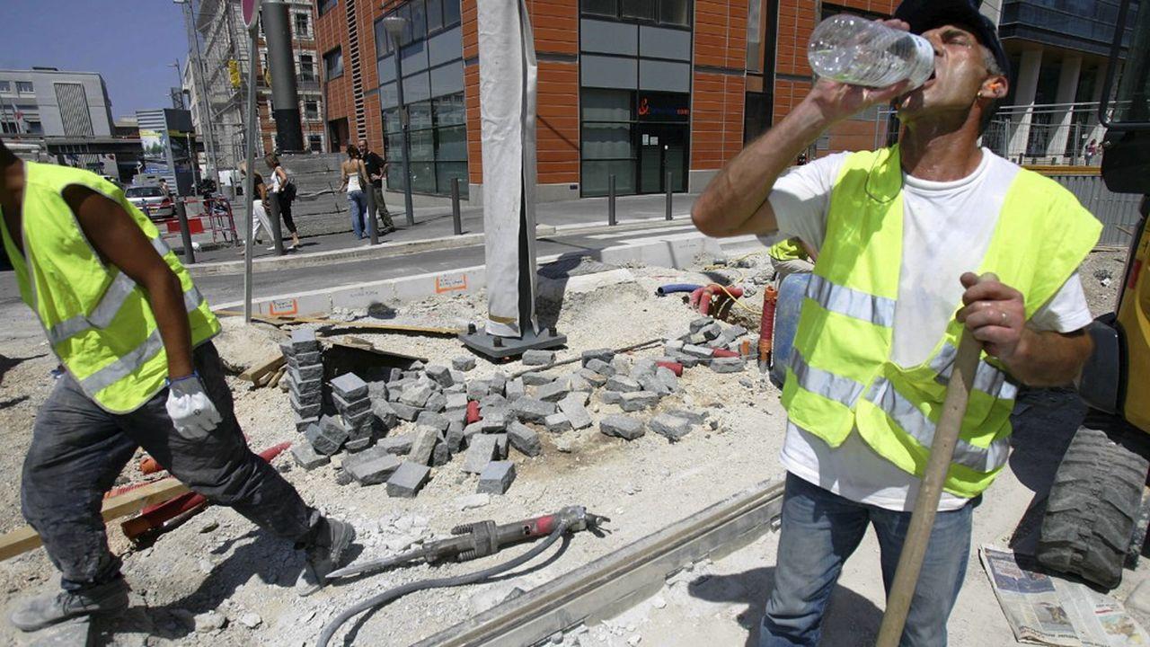 Sur le chantier du tramway de Marseille. En cas de forte chaleur, chaque entreprise du bâtiment et des travaux publics doit veiller à la bonne hydratation de ses ouvriers.