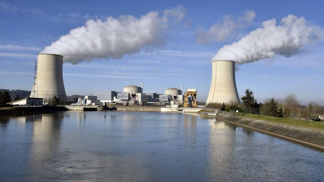 Les centrales nucléaires situées au bord des fleuves (ici celle de Golfech, dans le Tarn-et-Garonne) doivent respecter la température de l'aval, la différence de température entre l'amont et l'aval, et enfin le débit minimal du fleuve qu'elles utilisent pour leur refroidissement.