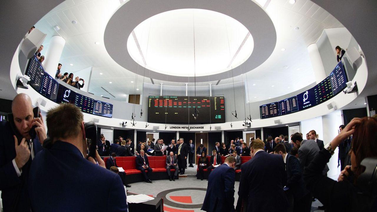 Sur le «ring» (la corbeille) du London Metal Exchange (LME), où les traders négocient le prix des métaux industriels.