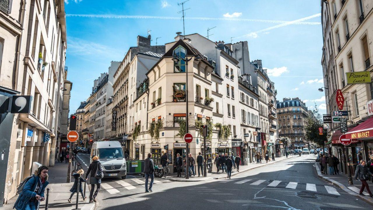 A Paris, familles et classes moyennes peinent à se loger en raison du prix excessif du mètre carré.