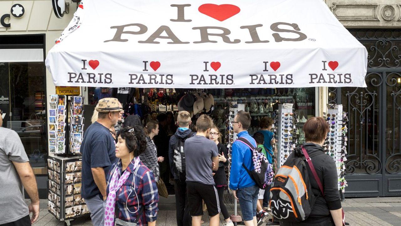 Une boutique de souvenirs sur les Champs-Elysées. Paris a mis en place une palette d'outils pour que les magasins de proximité ne soient pas systématiquement remplacés par des points de vente pour touristes dans les quartiers les plus visités de la capitale.