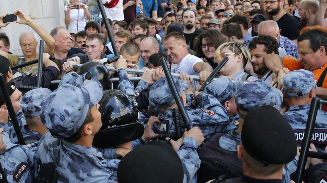 Mobilisée en grand nombre, la police a arrêté plus de 1.000 personnes, samedi à Moscou, lors de la manifestation organisée par l'opposition moscovite contre la disqualification de ses candidats aux prochaines municipales du 8 septembre.