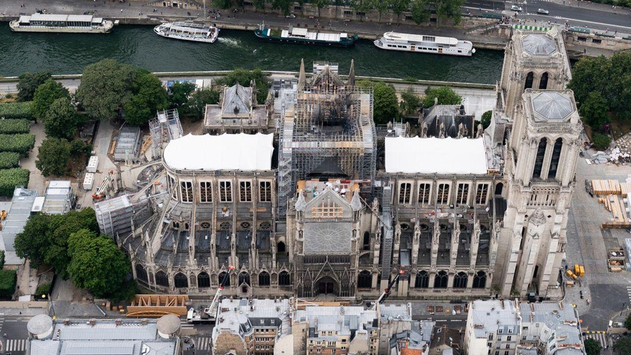 Vue aérienne de la cathédrale après l'incendie d'avril.