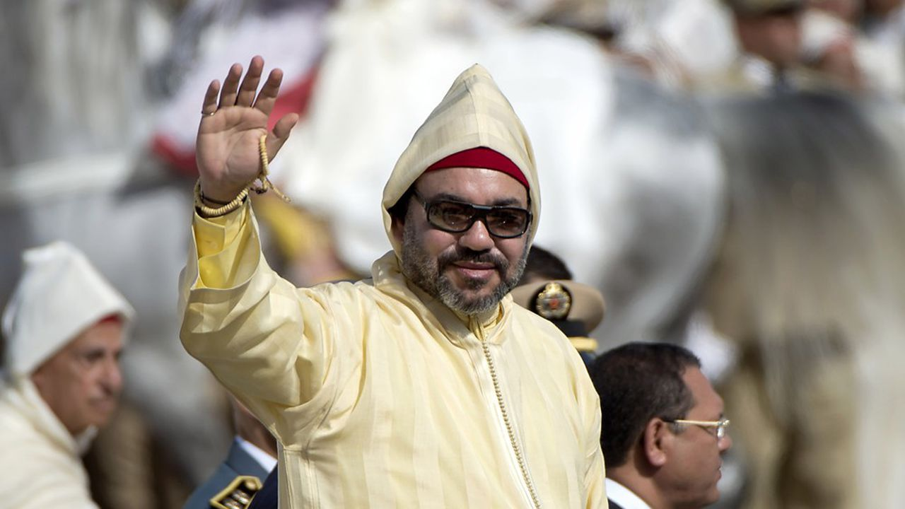 Le roi du Maroc, Mohammed VI, salue la foule lors de la fête du Trône.