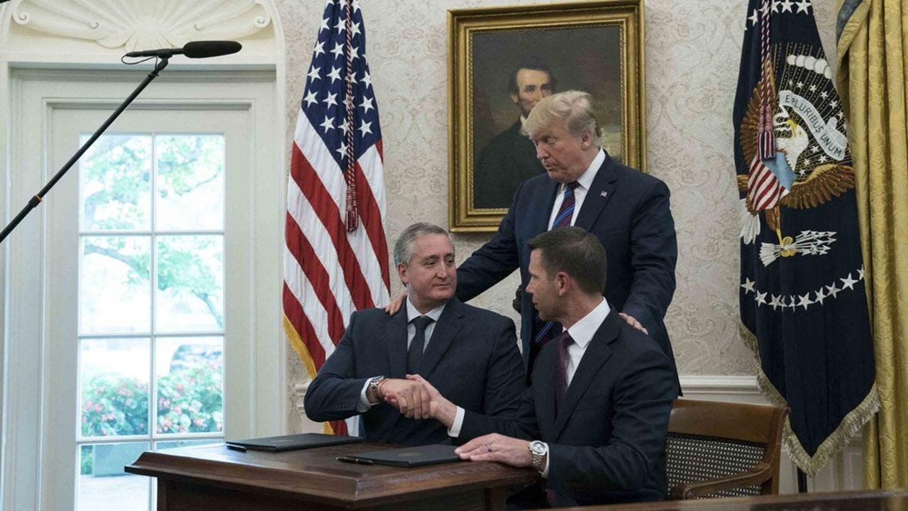 L'image a été fortement critiquée au Guatemala: Donald Trump met la main sur l'épaule du ministre guatémaltèque Enrique Degenhart (à gauche), certains dénonçant la soumission du pays d'Amérique centrale.