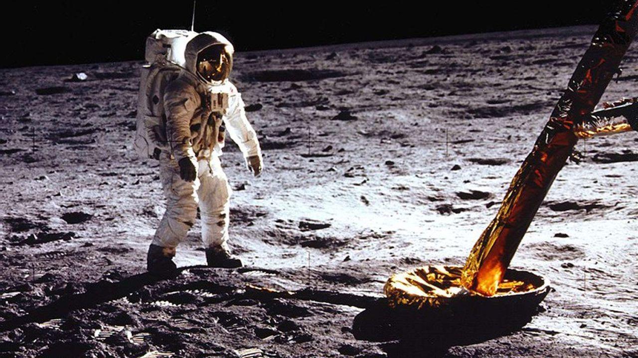Le programme spatial Apollo, qui permit à l'être humain de marcher sur la Lune, a mobilisé des milliers d'hommes et de femmes.