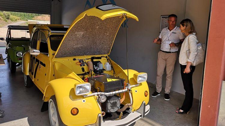 Le rétrofit électrique consiste à remplacer le moteur thermique par un moteur électrique et des batteries, sans rien modifier d'autre de la voiture.