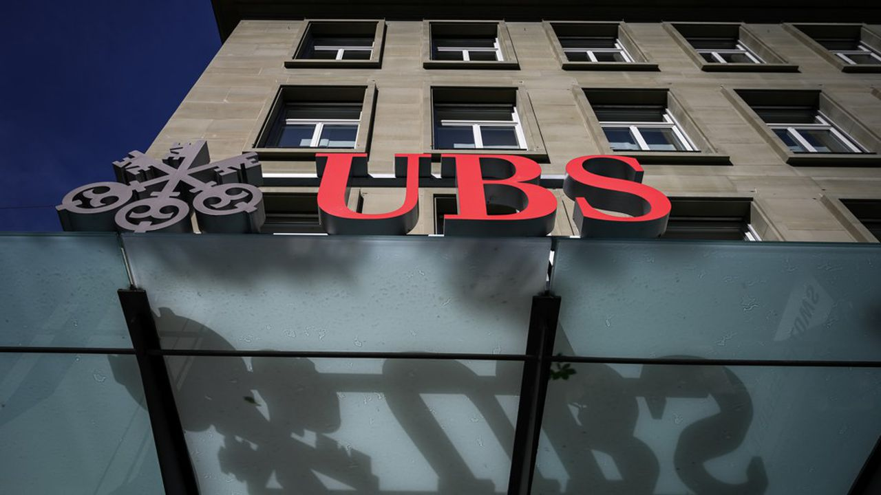 AEn Suisse, UBS a confirmé son intention d'appliquer des taux négatifs sur certains gros dépôts en francs suisses, et logés en Suisse.
